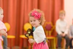 Gomel, Беларусь - 2-ое марта 2017: торжественный концерт в детском саде предназначенном к случаю 8-ое марта Стоковое Изображение