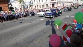 Gomel, Беларусь - 9-ое мая 2016: Солдаты и офицеры людей, который одетые в форму советские включили в парад предназначенный к дню видеоматериал