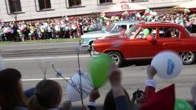 Gomel, Беларусь - 9-ое мая 2016: Солдаты и офицеры людей, который одетые в форму советские включили в парад предназначенный к дню акции видеоматериалы
