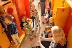 Gomel, Беларусь - 3-ье октября 2016: 3 года - olds одевают для прогулки с помощью гувернерам Питомник 119 Стоковые Фотографии RF