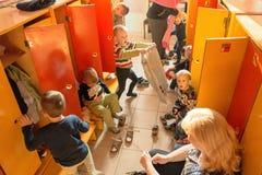 Gomel, Беларусь - 3-ье октября 2016: 3 года - olds одевают для прогулки с помощью гувернерам Питомник 119 Стоковые Изображения