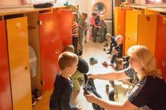Gomel, Беларусь - 3-ье октября 2016: 3 года - olds одевают для прогулки с помощью гувернерам Питомник 119 Стоковые Фото