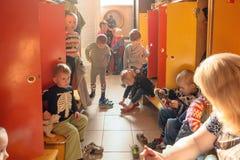 Gomel, Беларусь - 3-ье октября 2016: 3 года - olds одевают для прогулки с помощью гувернерам Питомник 119 Стоковое фото RF