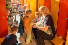 Gomel, Беларусь - 3-ье октября 2016: 3 года - olds одевают для прогулки с помощью гувернерам Питомник 119 Стоковое Фото
