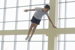 GOMEL, BELARUS - 22 avril 2017 : Concours de style libre parmi des jeunes hommes et des femmes en 2004-2006 Dans le trempoline et Images libres de droits