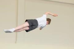 GOMEL, BELARUS - 22 avril 2017 : Concours de style libre parmi des jeunes hommes et des femmes en 2004-2006 Dans le trempoline et Image stock