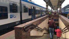 Gomel, Belarus - 18 avril 2018 : les gens marchant près des trains sur la plate-forme de gare ferroviaire banque de vidéos
