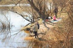 GOMEL, BELARUS - 9 avril 2017 : Pique-nique de famille en nature par la rivière Pêche ainsi que le barbecue Image libre de droits