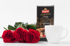 GOMEL, BELARUS - 7 avril 2017 : usine SPARTAK de tasse et de chocolat de café de roses rouges Image libre de droits
