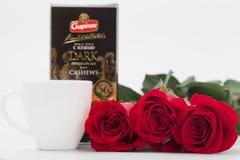GOMEL, BELARUS - 7 avril 2017 : usine SPARTAK de tasse et de chocolat de café de roses rouges Photos libres de droits