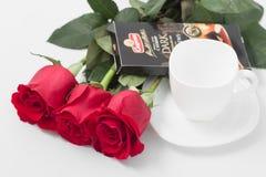 GOMEL, BELARUS - 7 avril 2017 : usine SPARTAK de tasse et de chocolat de café de roses rouges Photo stock