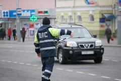 GOMEL, BELARUS - 18 décembre 2017 : Dirigeant du service de patrouille de route avec un bâton Photographie stock libre de droits