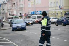 GOMEL, BELARUS - 18 décembre 2017 : Dirigeant du service de patrouille de route avec un bâton Photos libres de droits