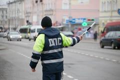 GOMEL, BELARUS - 18 décembre 2017 : Dirigeant du service de patrouille de route avec un bâton Photos stock