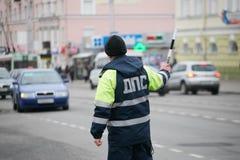 GOMEL, BELARUS - 18 décembre 2017 : Dirigeant du service de patrouille de route avec un bâton Photo libre de droits