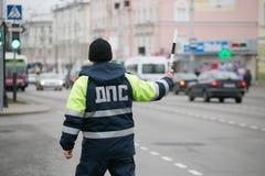 GOMEL, BELARUS - 18 décembre 2017 : Dirigeant du service de patrouille de route avec un bâton Image stock