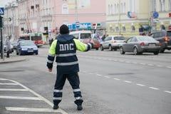 GOMEL, BELARUS - 18 décembre 2017 : Dirigeant du service de patrouille de route avec un bâton Photo stock