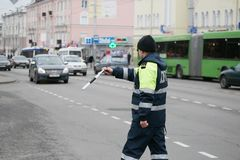 GOMEL, BELARUS - 18 décembre 2017 : Dirigeant du service de patrouille de route avec un bâton Images libres de droits