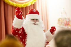 Gomel, Belarus - 20 décembre 2017 : Vacances du ` s de nouvelle année pour des enfants dans le jardin d'enfants Enfants 4 - 5 ans Image stock