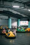 Gomel, Belarus Enfants ayant l'amusement pendant les voitures électriques d'entraînement Photographie stock