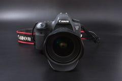 Gomel, Belarus - 22 février 2017 : Appareil-photo de Canon - 6d avec des lentilles de sigma - 24 sur le fond noir Photo stock