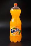 Gomel, Belarus - février 2017 : Boisson de Fanta dans une bouteille en plastique sur un fond noir Photo stock