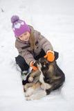 GOMEL, BELARUS - 15 JANVIER 2017 : Amitié avec des animaux La fille regrette le chien égaré en hiver Photo stock