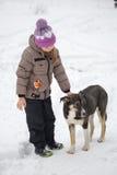 GOMEL, BELARUS - 15 JANVIER 2017 : Amitié avec des animaux La fille regrette le chien égaré en hiver Photos libres de droits