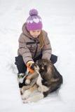GOMEL, BELARUS - 15 JANVIER 2017 : Amitié avec des animaux La fille regrette le chien égaré en hiver Photo libre de droits