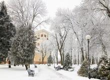 GOMEL, BELARUS - 23 JANVIER 2018 : Palais du ` s de prince Paskevich en parc de ville dans le gel glacial Photographie stock