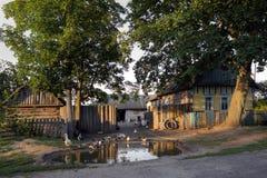 Gomel, Belarus - 10 juillet 2016 : Chambre dans le village frôlez dans la volaille d'arrière-cour dans Gomel, Belarus image stock