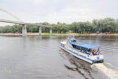 GOMEL, BELARUS - 25 juillet 2018 : embarcations de plaisance sur la rivière Sozh images stock