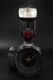 GOMEL, BELARUS - 12 mai 2017 : Appareil-photo de Canon 6d avec la lentille sur un fond noir Canon est du monde le plus grand SLR  Photographie stock libre de droits