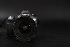 GOMEL, BELARUS - 12 mai 2017 : Appareil-photo de Canon 6d avec la lentille sur un fond noir Canon est du monde le plus grand SLR  Images stock