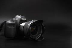 GOMEL, BELARUS - 12 mai 2017 : Appareil-photo de Canon 6d avec la lentille sur un fond noir Canon est du monde le plus grand SLR  Photos libres de droits