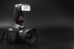 GOMEL, BELARUS - 12 mai 2017 : Appareil-photo de Canon 6d avec la lentille sur un fond noir Canon est du monde le plus grand SLR  Photographie stock