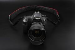 GOMEL, BELARUS - 12 mai 2017 : Appareil-photo de Canon 6d avec la lentille sur un fond noir Canon est du monde le plus grand SLR  Photo libre de droits