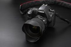 GOMEL, BELARUS - 12 mai 2017 : Appareil-photo de Canon 6d avec la lentille sur un fond noir Canon est du monde le plus grand SLR  Image libre de droits
