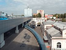 GOMEL, BELARUS - 4 MAI 2019 : Centre commercial SECRET avec le stationnement sur le toit photographie stock