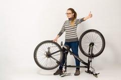 GOMEL, BELARUS - 12 mai 2017 : VOIE de vélo de montagne sur un fond blanc La fille monte Image libre de droits