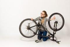 GOMEL, BELARUS - 12 mai 2017 : VOIE de vélo de montagne sur un fond blanc La fille monte Images libres de droits