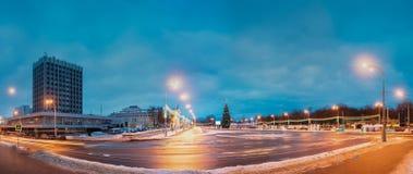 Gomel, Belarus Panorama avec l'arbre de Noël principal et Ilumination de fête sur la place de Lénine Photographie stock libre de droits