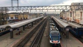 Gomel, Belarus Trains et plate-forme de gare ferroviaire banque de vidéos