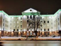 GOMEL BIAŁORUŚ, GRUDZIEŃ, - 3, 2018: Budynek Badawczy komitet w nocy iluminacji zdjęcie royalty free