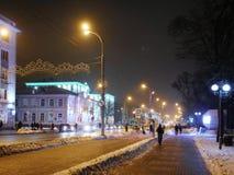 GOMEL BIAŁORUŚ, GRUDZIEŃ, - 3, 2018: Dryfy na miasto ulicie w nocy iluminacji obrazy stock