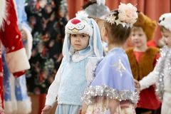 Gomel Białoruś, GRUDZIEŃ, - 20, 2017: Nowego Roku ` s wakacje dla dzieci w dziecinu Dzieci 4, 5 roku - Fotografia Stock