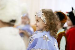 Gomel Białoruś, GRUDZIEŃ, - 20, 2017: Nowego Roku ` s wakacje dla dzieci w dziecinu Dzieci 4, 5 roku - Zdjęcia Stock