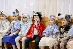 Gomel Białoruś, GRUDZIEŃ, - 20, 2017: Nowego Roku ` s wakacje dla dzieci w dziecinu Dzieci 4, 5 roku - Zdjęcie Royalty Free