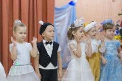 Gomel Białoruś, GRUDZIEŃ, - 22, 2016: Nowego Roku ` s wakacje dla dzieci w dziecinu Dzieci 3, 4 roku - Obraz Stock