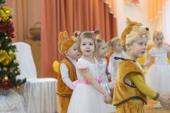 Gomel Białoruś, GRUDZIEŃ, - 22, 2016: Nowego Roku ` s wakacje dla dzieci w dziecinu Dzieci 3, 4 roku - Zdjęcie Stock
